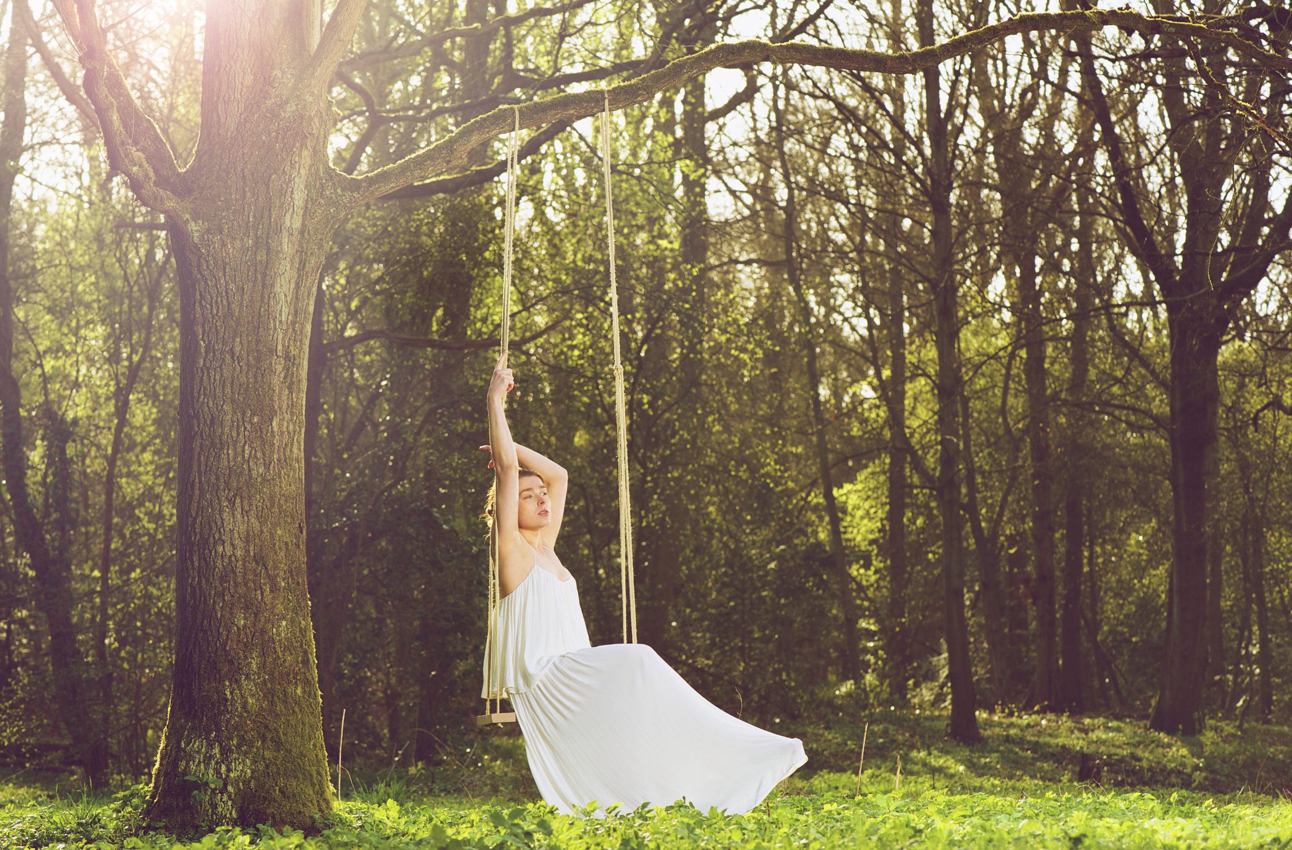 Braut im Wald, allein, wartend