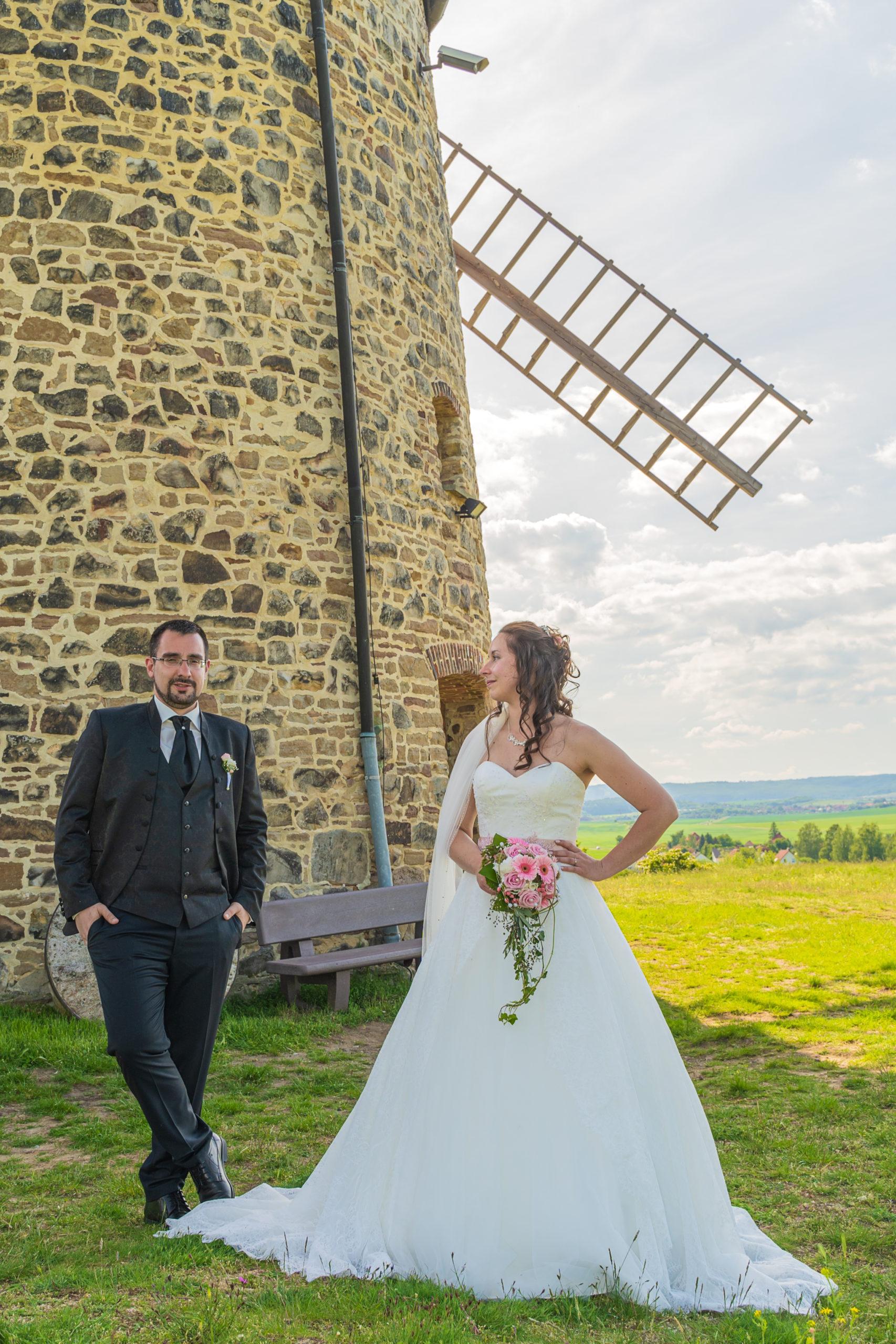 Brautpaar vor Windmühle